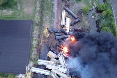 Descarrila tren que transportaba sustancias peligrosas  en Iowa y evacuan zona del accidente