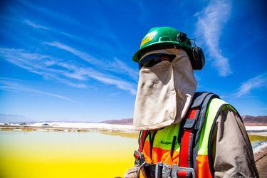 Huelga en Chile de los trabajadores de la productora de litio Albemarle entra a su cuarta semana