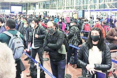 Largas filas para pasar por aduanas sanitarias en aeropuerto de Santiago