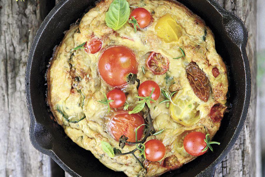 Frittata-de-tomates-con-zapallo-italiano-y-huevo-de-gallina-feliz