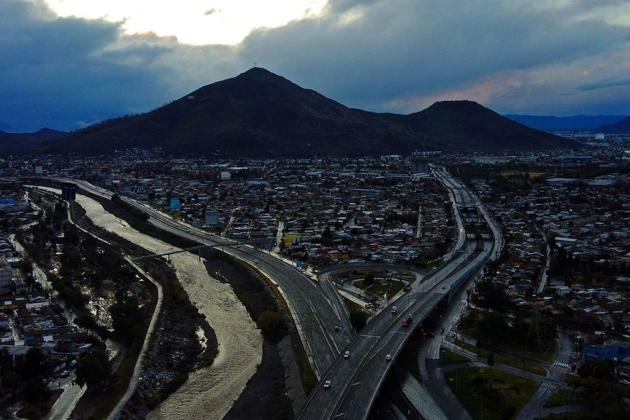 Cerro Renca de fondo, emplazado en la única comuna del Gran Santiago que permanece en cuarentena. Imagen referencial.