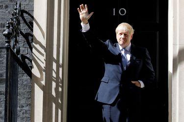 """Boris Johnson tiene """"buen ánimo"""" tras ser hospitalizado y su equipo espera que vuelva a trabajar """"lo antes posible"""""""
