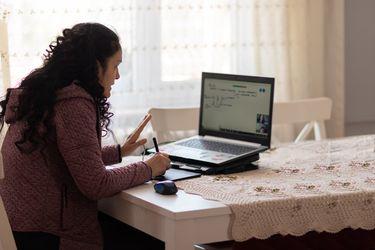 Más de 40 mil estudiantes de educación superior han recibido las becas de conectividad Santander