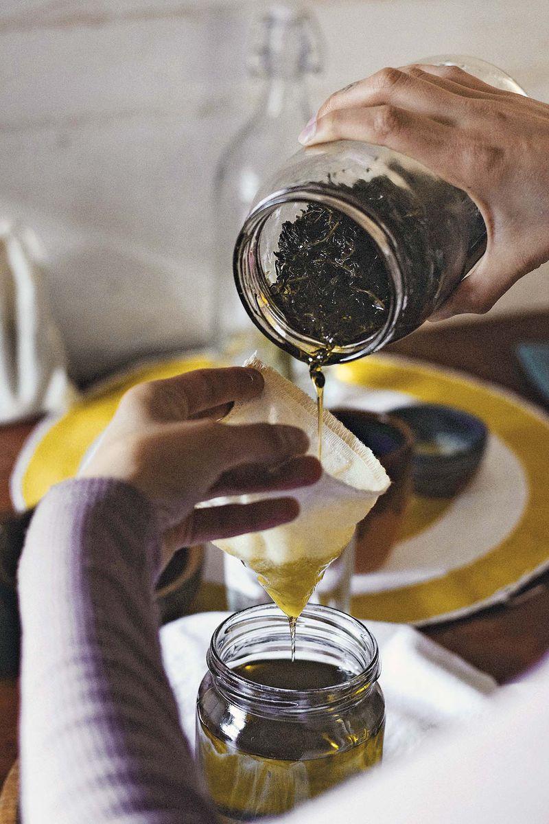 """""""La maceración en alcohol es un antiguo proceso que tiene por finalidad la elaboración de un extracto compuesto por alcohol, agua y los componentes botánicos extraídos de la materia vegetal. Este proceso da origen a diversos brebajes, desde extractos hidroalcohólicos que se utilizan en la elaboración de diversos fitopreparados como cordiales, elixires, tinturas madre, espíritus herbales, fricciones, linimentos, hasta licores caseros de la tradición rural como el enguindao o la mistela"""", cuenta Constanza."""