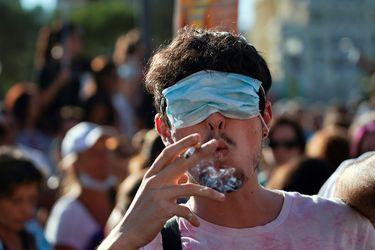 """Fact Checking: ¿Ocupar mascarilla sin taparse la nariz es como no usarla? ¿Los libros deben hacer """"cuarentena""""?"""