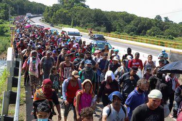 Caravana de 2.000 migrantes continúa su éxodo por el sur de México
