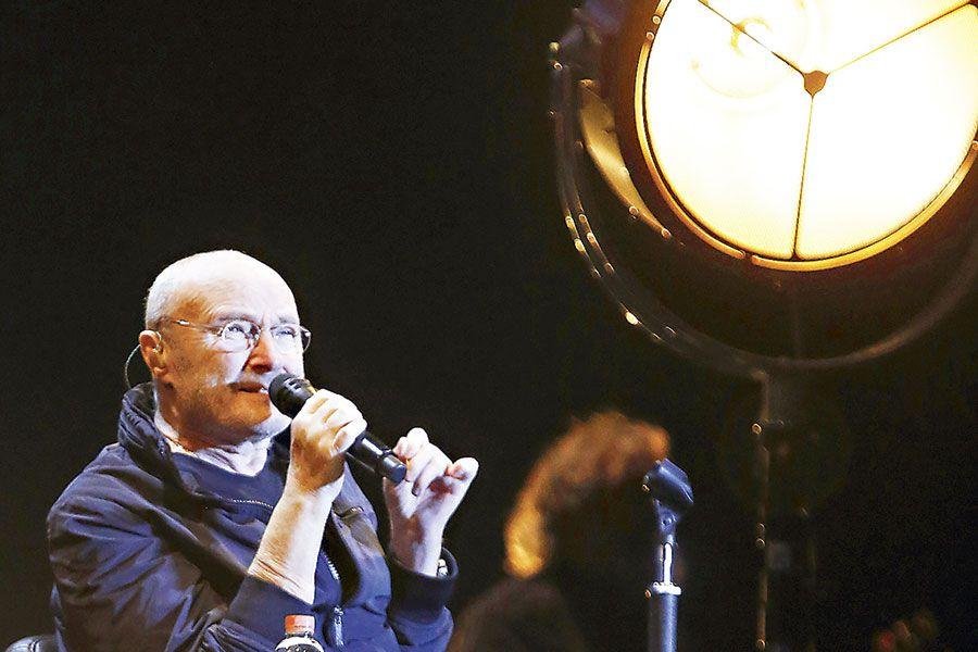 Pese a problemas de salud, Phil Collins brilla con sus hits