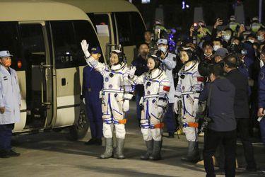 Astronautas chinos llegan a la nueva estación espacial para su misión más larga