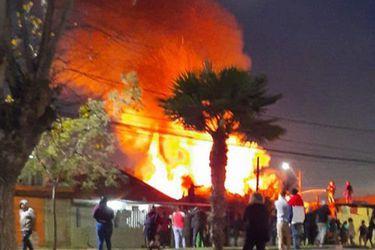 Una mujer lesionada deja voraz incendio que afectó a dos casas de Renca
