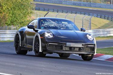 ¿Porsche con ganas de rally? Los alemanes llegan a Nürburgring con un 911 particularmente despegado del piso