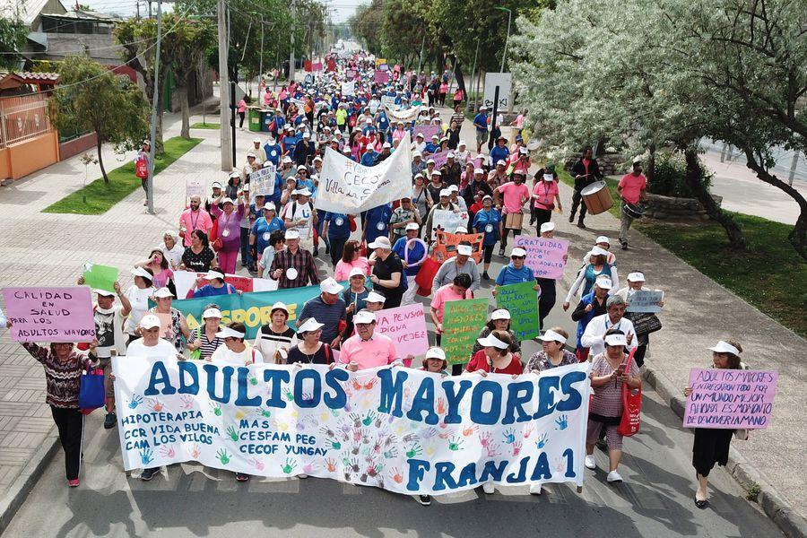 Marcha de adultos mayores en La Granja