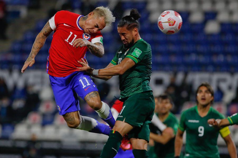 Eduardo Vargas intenta ganar un duelo aéreo en el partido entre Chile y Bolivia.