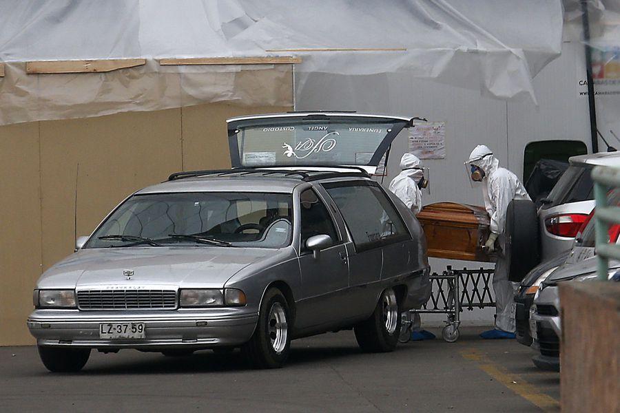 Funcionarios de una funeraria retiran un féretro de un hospital. Imagen referencial.