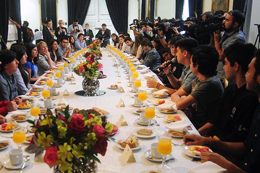 La presidenta Michelle Bachelet desayuna con puntajes nacionales