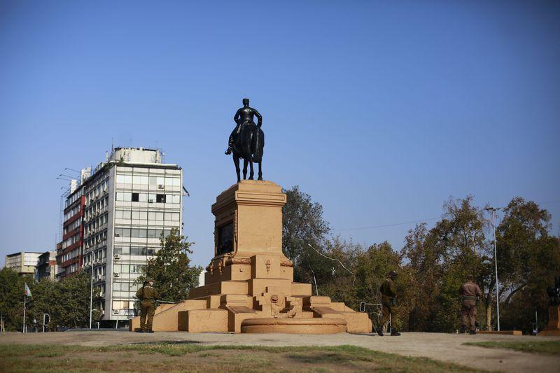 Tras la quema de la estatua de Baquedano, el monumento amaneció restaurado este sábado.