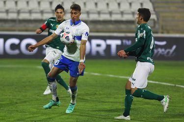 El delantero de Universidad Católica, Diego Valencia, enfrenta la marca de Gustavo Gómez y Benjamín Kuscevic, defensas del Palmeiras.