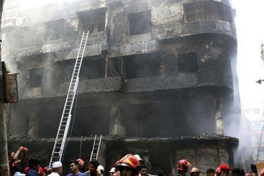 81 muertos por devastador incendio en edificios en Daca