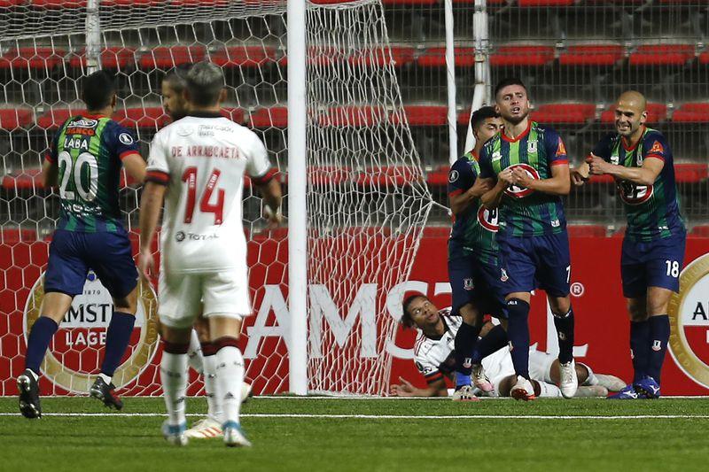 Los futbolistas de Unión La Calera celebran el 1-0 sobre Flamengo. FOTO: Agencia Uno.