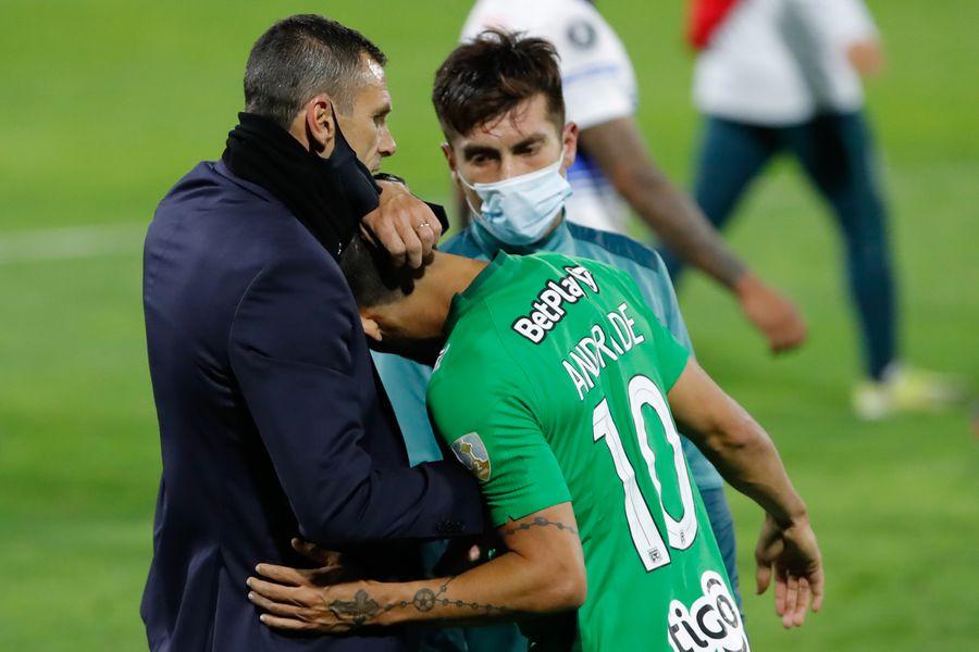Gustavo Poyet y Juan Cornejo consuelan a Andrés Andrade, tras la victoria de la UC sobre Atlético Nacional
