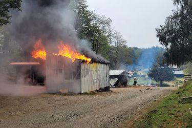 Treintena de encapuchados quema 9 viviendas, maquinaría y vehículos en ataque a campamento forestal en La Araucanía