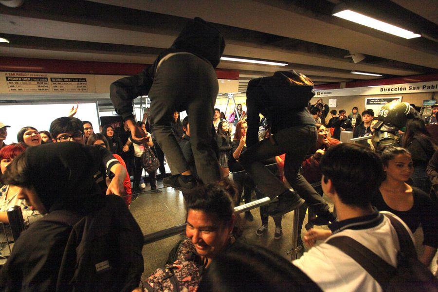 Evasion por el alza del pasaje en el transporte publico - Metro Republica
