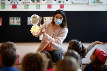 Educar con mascarillas: ¿cómo su uso prolongado afecta la voz de profesores?
