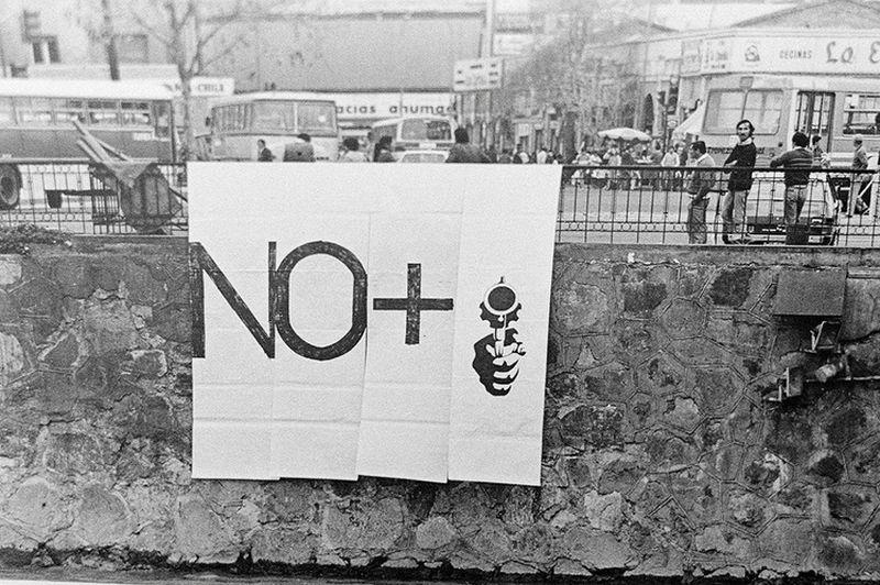 El slogan No+ (1983) fue creado en dictadura por el colectivo C.A.D.A., en el que participaban, entre otros, Lotty Rosenfeld y Raúl Zurita.