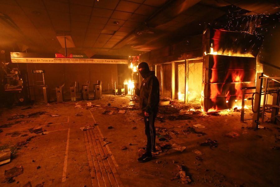 Incendio afecta a estacion Macul tras manifestacion por alza de pasaje