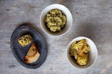 Dip de coliflor asada, curry y maní