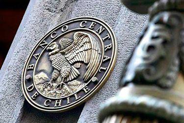Economistas plantean que Banco Central compre deuda de empresas para enfrentar la crisis