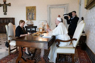 Michelle Bachelet se reúne con el Papa Francisco en el Vaticano para hablar sobre crisis en Venezuela