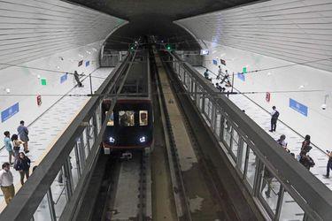Usuarios del metro ocupan la nueva línea 3 en Universidad de Chile