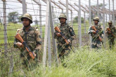 """China e India despliegan """"gran número"""" de fuerzas en la disputada frontera en el Himalaya"""