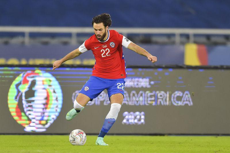 Ben Brereton conduce el balón ante Argentina, en el debut de Chile en la Copa América.