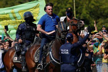 Bolsonaro arenga a multitud mientras en Brasil continúan aumentando decesos por coronavirus