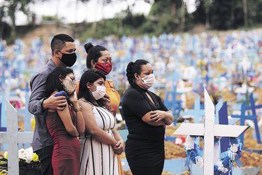 """Variante brasileña sigue atemorizando: es más transmisible, """"burla"""" a las vacunas y provoca reinfección"""