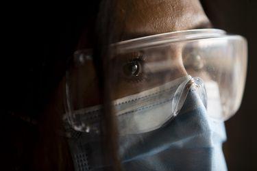 """La """"segunda víctima"""": El trauma del personal de salud después de un año de pandemia"""
