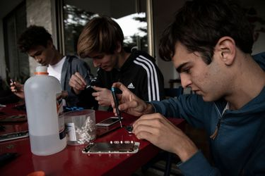 Reparar celulares: la campaña de un joven chileno para estudiantes sin acceso a clases en línea