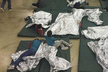 Comida maloliente, frío y hostigamientos: Niños separados de sus familias relatan cómo son los centros infantiles