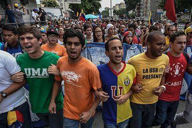 Estudiantes protestas en las calles de Venezuela