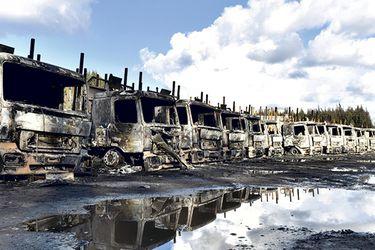 Los 29 camiones destruidos en el incendio de Los Ríos, el pasado lunes.
