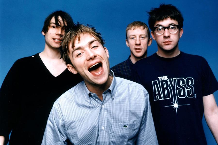 Los integrantes del grupo británico Blur vestidos formales pero con expresión bromista