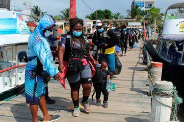 Miles de migrantes varados en puerto colombiano en su travesía a Estados Unidos