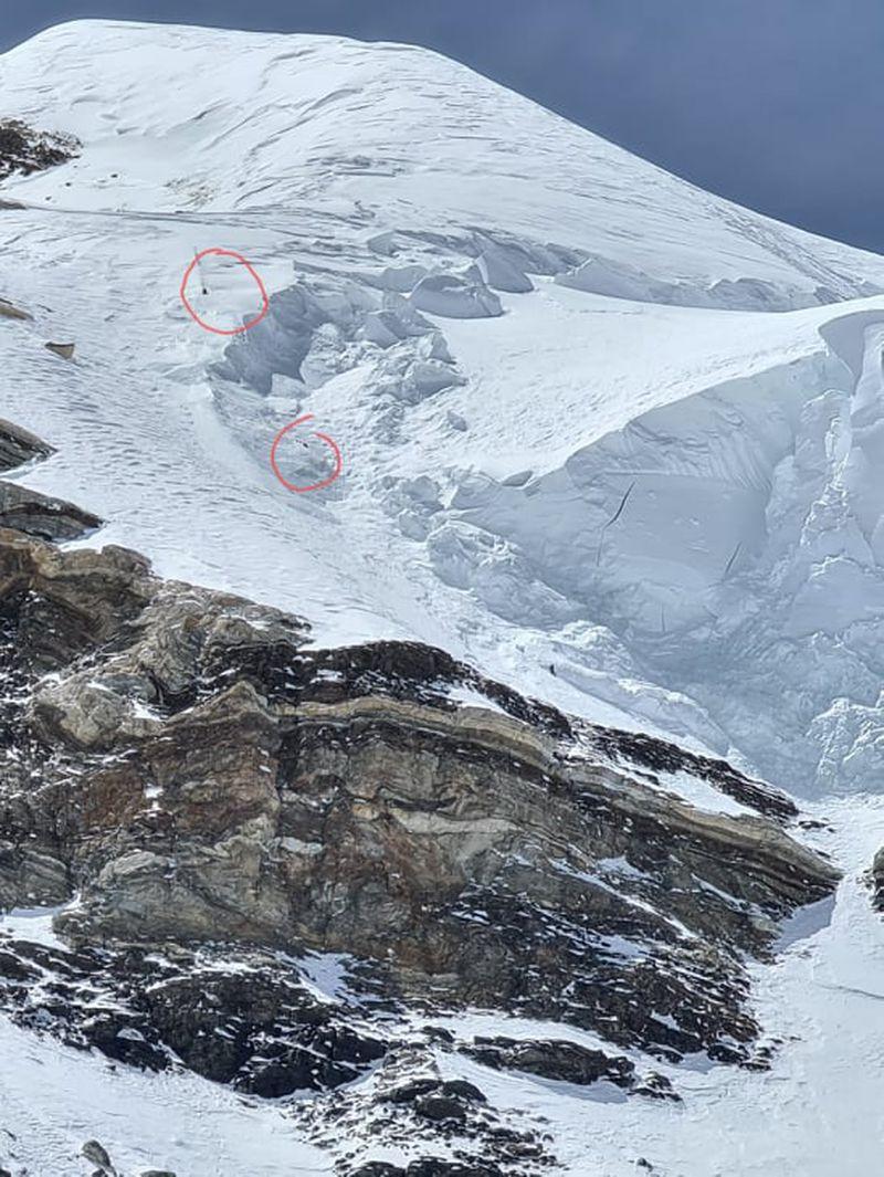 Fotografía que muestra la ubicación de los cuerpos de John Snorri (arriba) y Ali Sadpara (abajo), cerca de la cima del K2, por encima del Cuello de Botella. Foto: Valentyn Sypavin.