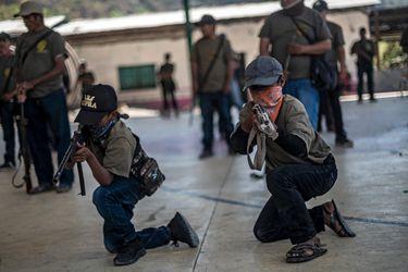 """Ayahualtempa, el pueblo mexicano donde los niños se """"arman"""" contra la violencia narco"""