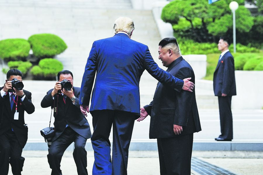 En Panmunjom, en la zona desmilitarizada, Donald Trump se reúne con Kim Jong Un y cruza hacia Norcorea, el 30 de junio.