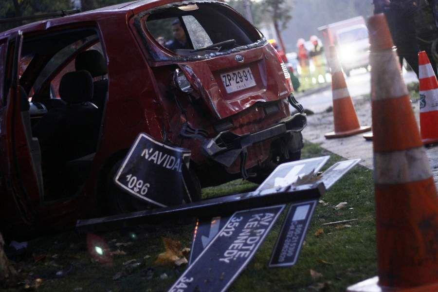 Automóvil se incrusta en muro de edificio en Vitacura