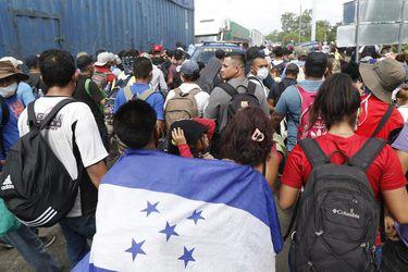 Masiva caravana de migrantes hondureños ingresa a Guatemala con rumbo a EE.UU.