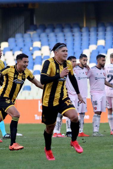 Los jugadores de Fernández Vial festejan tras vencer por 5-4 a la U en penales y avanzar a los cuartos de final de la Copa Chile. FOTO: Agencia Uno.