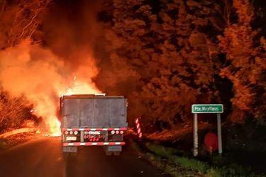 Queman cuatro camiones en dos ataques incendiarios en Angol